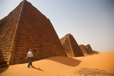 SUD1154 Sudan, Begrawiya. A tourist explores the ancient Nubian Pyramids.