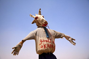SUD1172 Sudan. A ghoulish scarecrow fashioned from a mummified donkey head stands on the road to the Nile's Sixth Cateract.