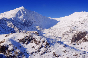 WAL7008 Wales, Gwynedd, Snowdonia. Mount Snowdon frozen and covered in snow in winter from the east.