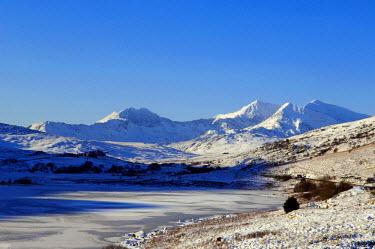 WAL7022 Wales, Gwynedd, Snowdonia. View over the frozen Llyn Mymbyr towards the Snowdon Horseshoe