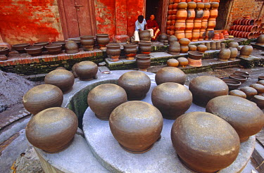 NEP1400 Making traditional clay pots for water and grain storage, Thimi, Kathmandu Valley, Nepal