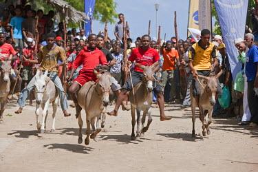 KEN6503 Kenya, The start of the bi-annual donkey race along Lamu�s seafront.