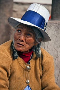 PER33412 Peru. An old Indian woman at Pisac�s busy Sunday market.