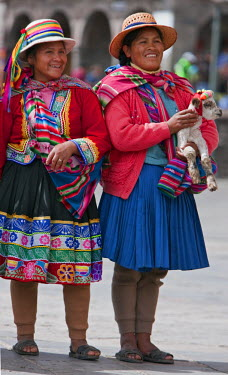 PER33473 Peru, Two Indigenous Peruvian woman wearing traditional costume in Cusco�s main square, Plaza de Armas.