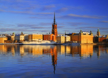 NP00865458 Sweden, Church steeple in Old Town and Riddarholmen Island reflecting off Riddarfjarden in Stockholm in winter
