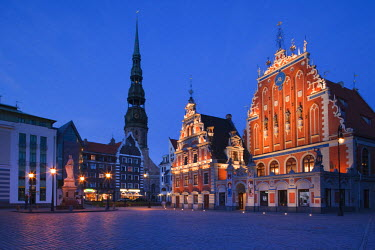 LV01114 Latvia, Riga, Old Riga, Blackheads' House, b.1344, exterior and St. Peter's Lutheran Church, evening