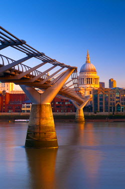 UK10265 UK, London, St. Paul's  Cathedral and Millennium Bridge over River Thames