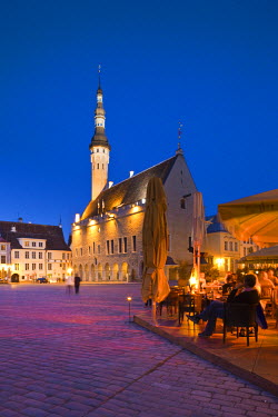 ET01098 Estonia, Tallinn, Old Town, Raekoja plats, Town Hall Square, evening