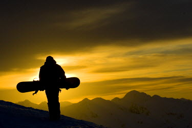 AR8717100010 Snowboarder watches the sunset in the mountains, New Zealand