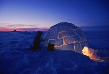 AR1891411902 Hunters build igloo at dusk, Nunavut, Canada