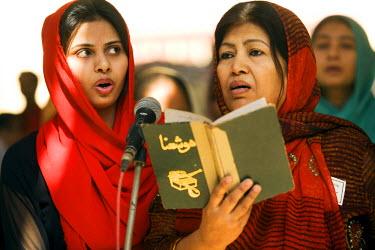 AR9789700013 Pakistani Christians at a service in Karachi, Pakistan
