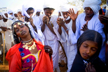 AR9843900010 Shanabla men dance and chant at a wedding celebration near El Obeid, Sudan.