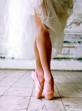 NP00334147 Close up view of ballerina's feet, Cuba.