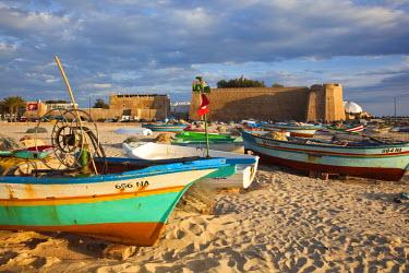 TU03279 Tunisia, Cap Bon, Hammamet, waterfront, Kasbah Fort and fishing boats