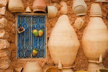 TU03318 Tunisia, Jerba Island, Guellala, locally produced pottery for sale