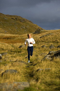 WAL7170 North Wales, Snowdonia.  Woman running on the flanks of Mount Snowdon. (MR)