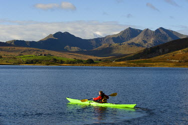 WAL7185 UK, North Wales, Snowdonia.  A kayaker on Llyn Mymbyr with the The Snowdon Horseshoe behind.
