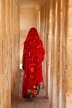 IN02165 Woman wearing a sari, Meherangarh Fort, Jodhpur, Rajasthan, India