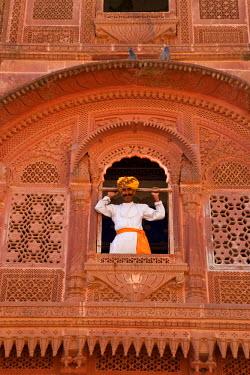 IN02164 Palace attendant at carved sandstone window, Meherangarh Fort, Jodhpur, Rajasthan, India