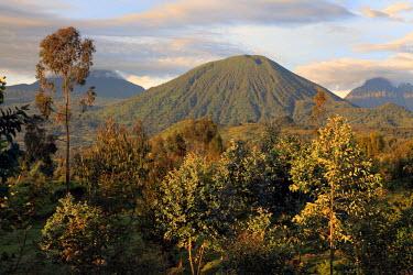 RW01012 Virunga Mountains, Volcano, Rwanda