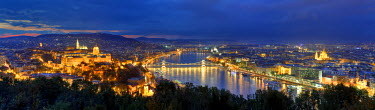HU01295 Hungary, Budapest, Castle District, Royal Palace and Chain Bridge over River Danube