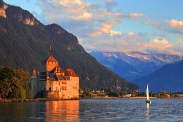 CH03516 Switzerland, Vaud, Montreaux, Chateau de Chillon and Lake Geneva (Lac Leman)
