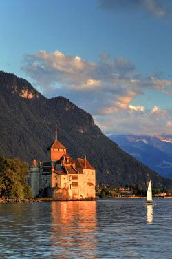 CH03517 Switzerland, Vaud, Montreaux, Chateau de Chillon and Lake Geneva (Lac Leman)