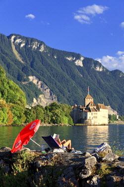 CH03514 Switzerland, Vaud, Montreaux, Chateau de Chillon and Lake Geneva (Lac Leman)