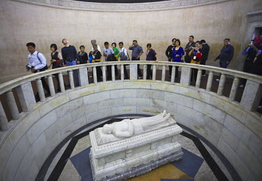CN9471AW People inside mausoleum of Dr. Sun Yat Sen (Zhongshan Ling), Zijin Shan, Nanjing, Jiangsu, China