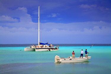 VN01090 Venezuela, Archipelago Los Roques National Park, Gran Roque, Men fishing from boat