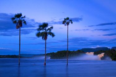 VN01262 Venezuela, Guayana, Canaima National Park, Canaima Lagoon, Hacha falls