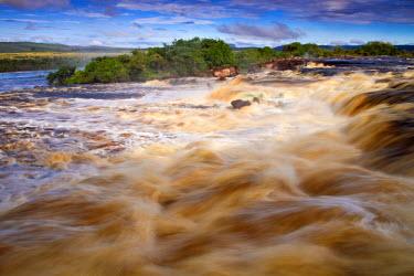 VN01284 Venezuela, Guayana, Canaima National Park, Waterfalls above Canaima lagoon