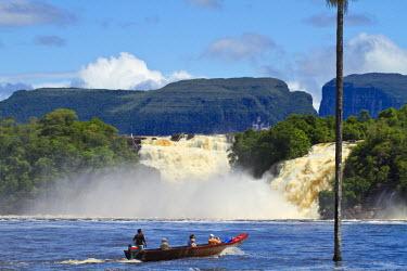 VN01271 Venezuela, Guayana, Canaima National Park, Canaima Lagoon, Hacha falls