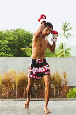 AR3329200031 Nai Yang Beach, Thailand, Phuket: Young Thai man practicing thai boxing (muay thai) at Indigo Pearl resort, Phuket, Thailand.