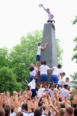 AR3944500004 Annapolis, USA, Maryland: Plebes climbing the Herndon Monument as the end of the year ritual at the Naval Academy