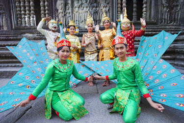 TPX22008 Cambodia, Siem Reap, Angkor Wat, Dancing Group