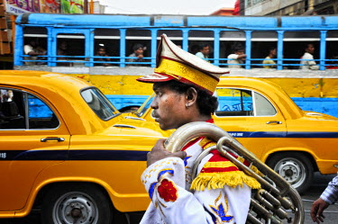 IND6256AW Member of a music band. Streets of Kolkata. India