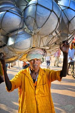 IND6274AW Porter in Bodhgaya. India