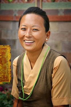 IND6278AW Bhutanese woman in Bodhgaya. India