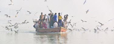 IND6300AW Pilgrims on the Ganges river, Varanasi, India