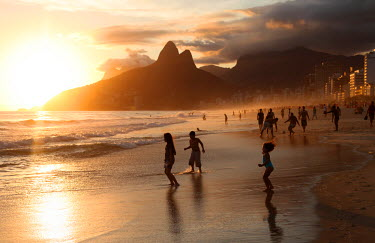 BRA0483 The famous Ipanema Beach in Rio de Janeiro with the Two Brothers Mountain in the background at sunset. Brazil