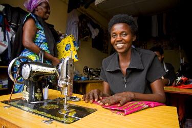 RW1170AW Kigali, Rwanda. A lady makes clothes in Kimironko market. (MR).