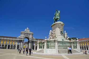 EU23_CMI0243 Europe, Portugal, Lisbon (Lisboa). Lower Town (Baixa quarter). Black Horse Square (Praca do Comercio), historic statue of King Jose I.