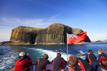 EU36_DWA0060 Staffa tour boat and basalt columns, Staffa, off Isle of Mull, Scotland, United Kingdom