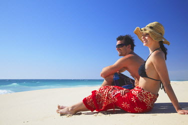 AUS1544AW Couple sitting on Floreat beach, Perth, Western Australia, Australia (MR)