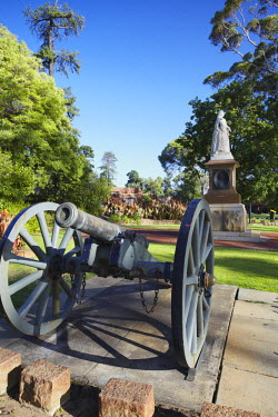 AUS1570AW Cannon and statue of Queen Victoria in King's Park, Perth, Western Australia, Australia