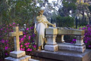 US11_JWL0353 USA, Georgia, Savannah, Statue in Historic Bonaventure Cemetery.