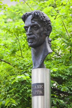 LT01041 Lithuania, Vilnius, bust to US rock singer Frank Zappa