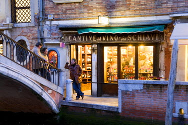 IT9149AW Wine shop, Venice, Veneto, Italy