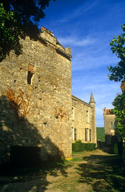 FRA7019 France, Midi-Pyrenees, Tarn-et-Garonne, Bruniquel. Perched high above the River Aveyron, Bruniquel is a tiny fortified village of attractive stone houses still dominated by a pair of feudal castles. I...